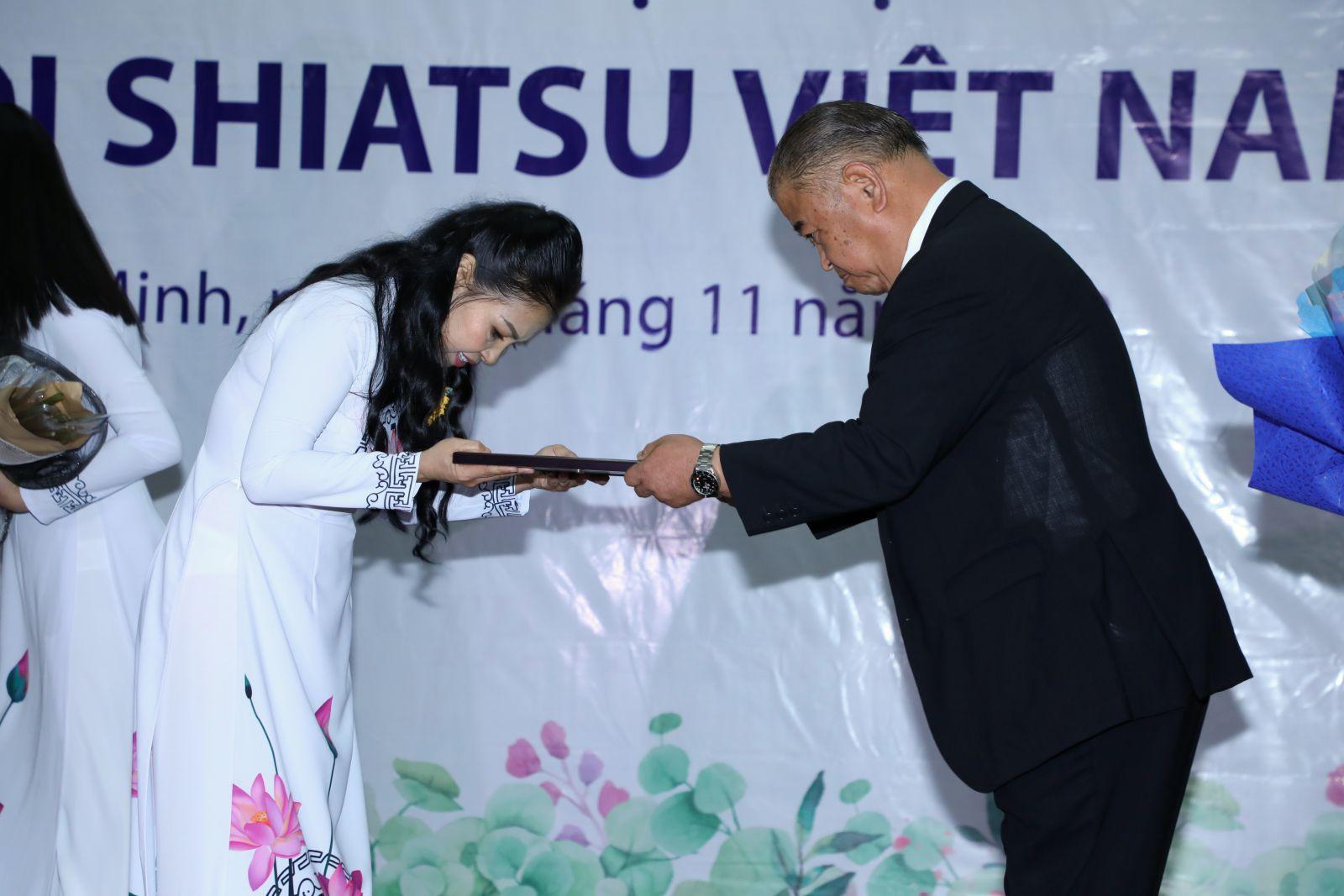 Giáo sư Suetugu Ueno thực hiện nghi thức trao quyết định bổ nhiệm cho bà Trương Thị Ngọc Ánh